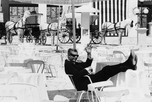 """1962 ROMA - MARCELLO MASTROIANNI SUL SET DEL FILM """"OTTO E MEZZO"""""""
