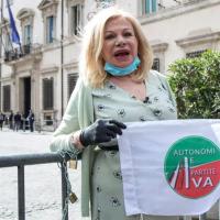 Sandra Milo a 87 anni si incatena per i lavoratori dello spettacolo