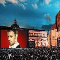Un ragazzo proietta un film porno sul maxi schermo a Bologna: denunciato.